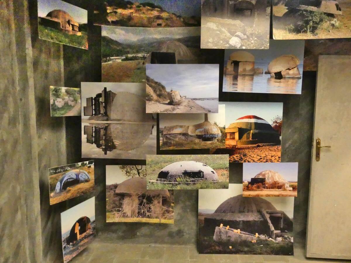 Forowand mit Bildern von pilzförmigen Bunkern in Albanien.