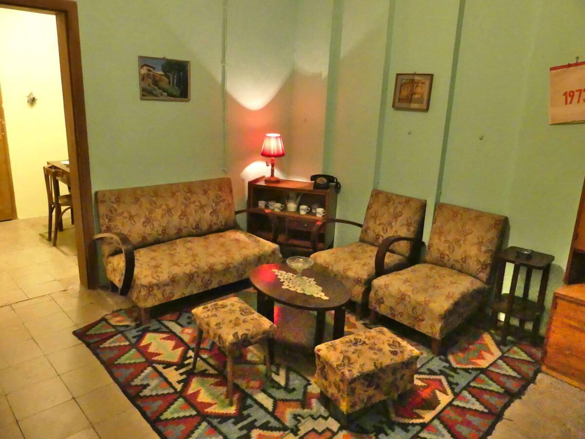 Wohnzimmer mit Sofa und zwei Sesseln.