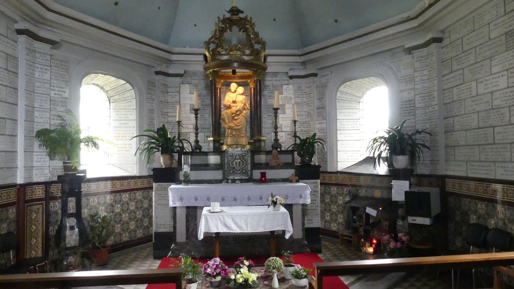 Innere der Kapelle mit vielen Votivtafeln an den Wänden.