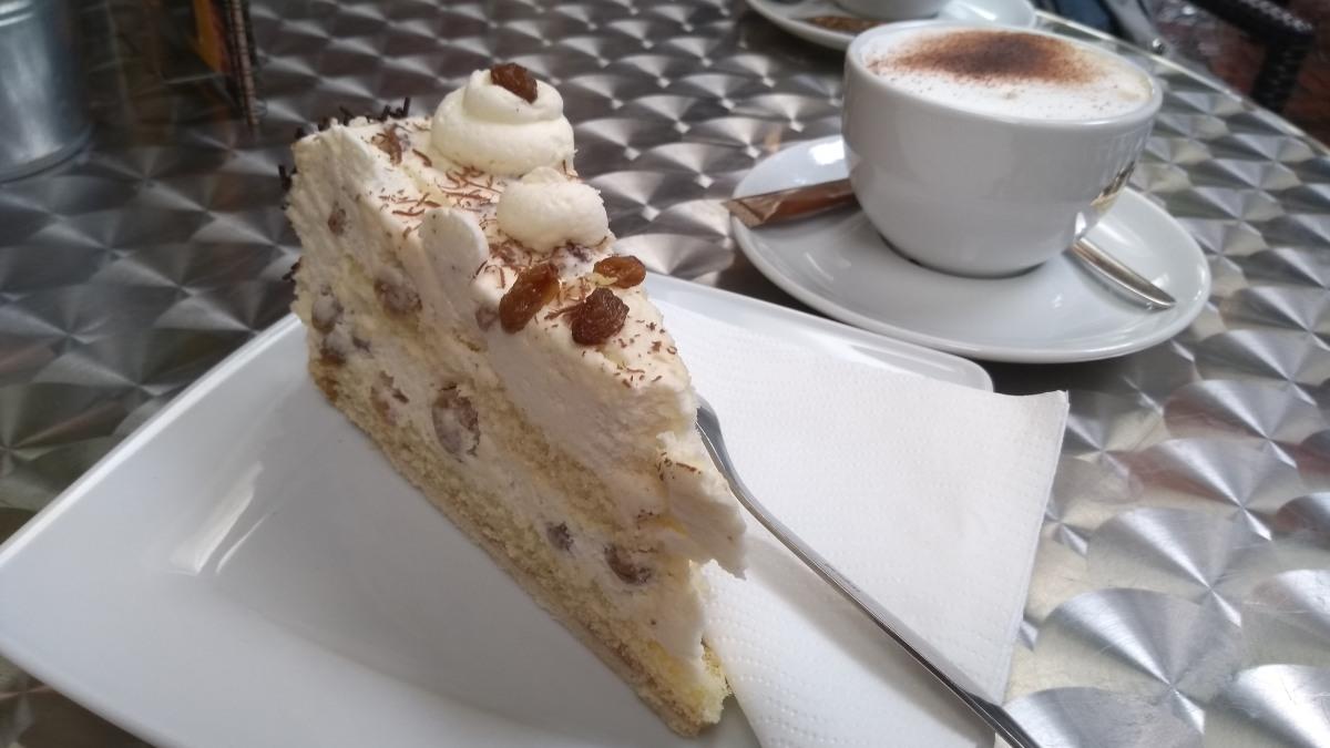 Café-Tisch mit Torte und Kaffee.