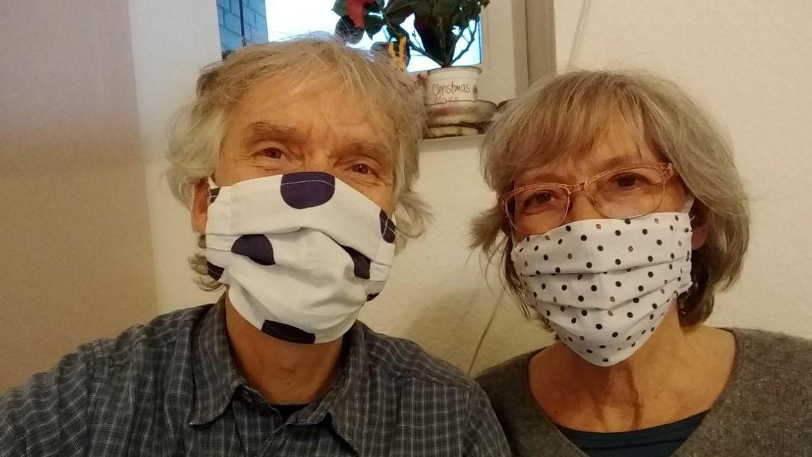 Gina und Marcus mit Stoffmasken.