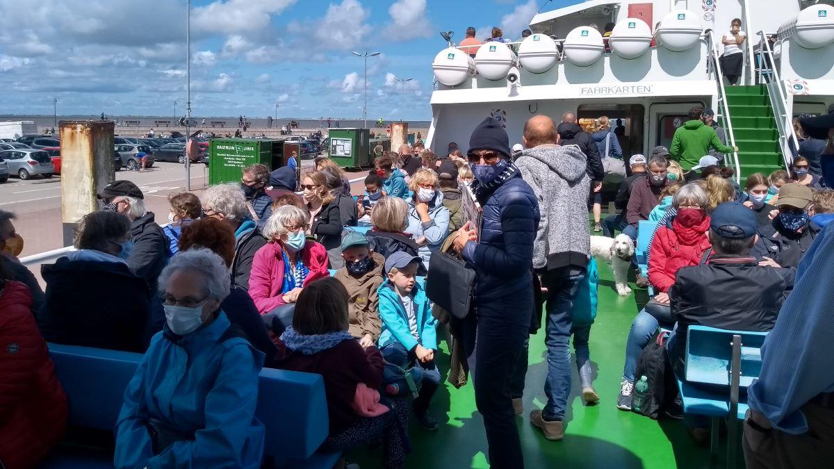 Viele Menschen auf dem Schiffsdeck.