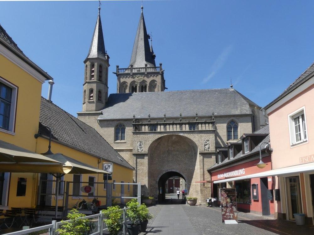 Tor unter der Michaelskapelle, dahinter der Xantener Dom.