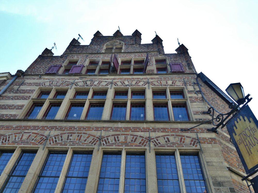 Gotische Fassade mit vielen hohen Fenstern.