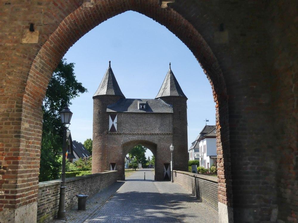 Tor mit zwei Turmspitzen.
