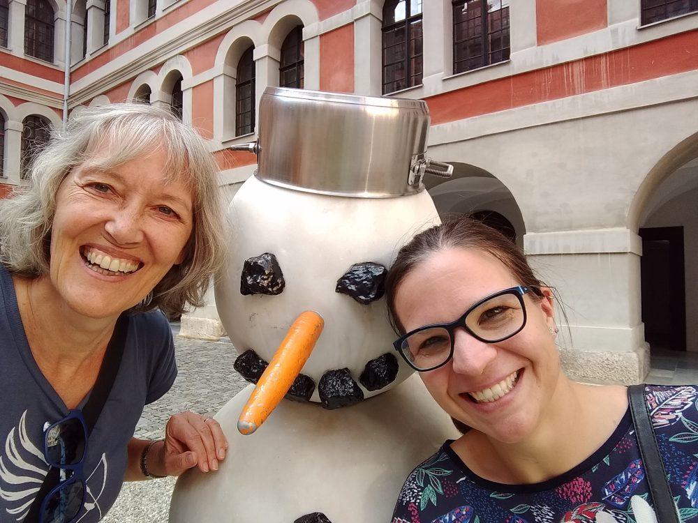 Gina und Babsi beim Schneemann in Graz.
