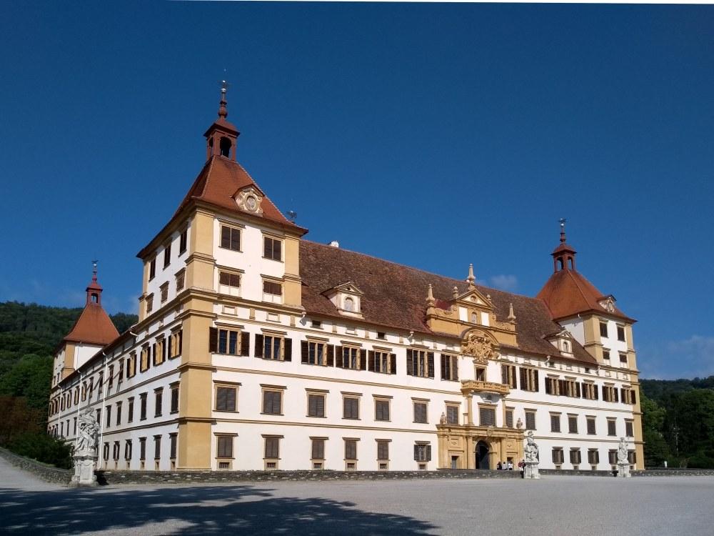 Barockschloss Eggenberg vor blauem Himmel.