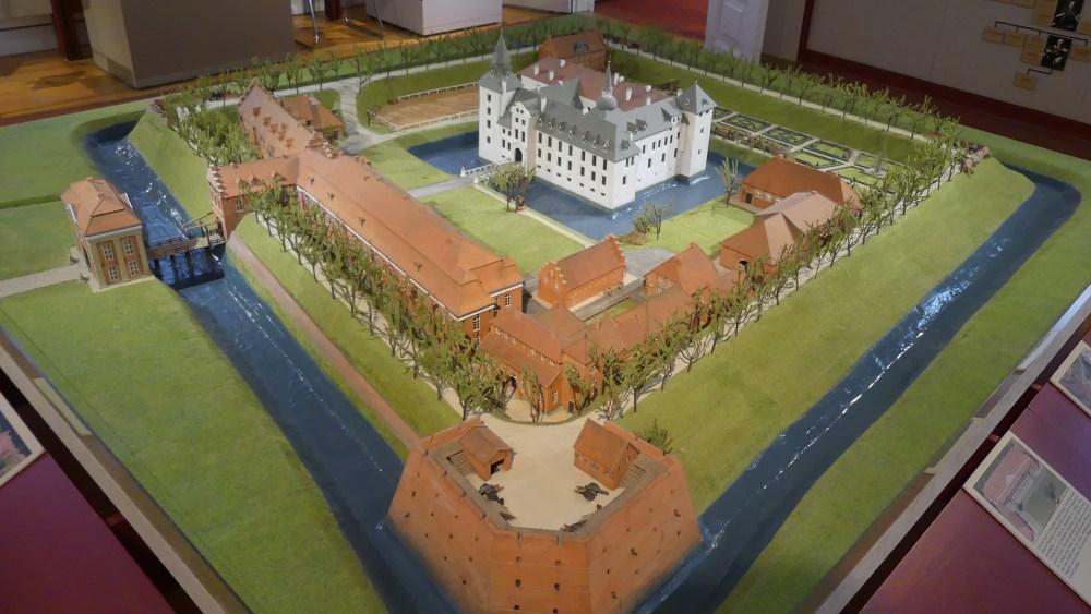 Modell mit Schloss und Befestigungsmauern.