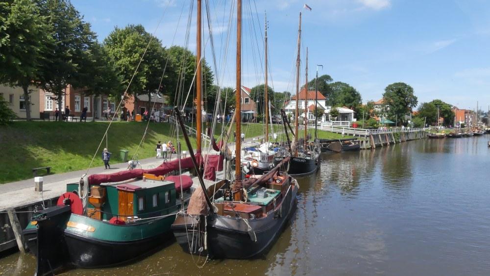 Holzschiffe liegen im Hafen von Carolinensiel.