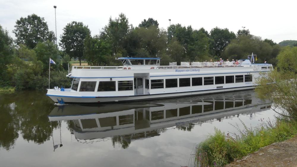 Weißes Passagierschiff auf der Lahn.