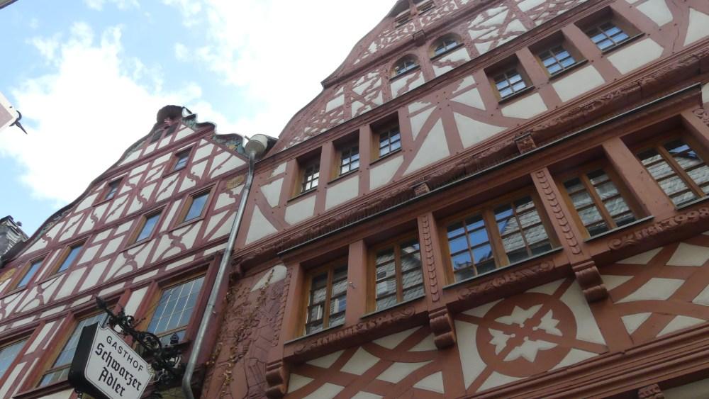 Rot-weiße Fachwerkhäuser in Limburg an der Lahn.