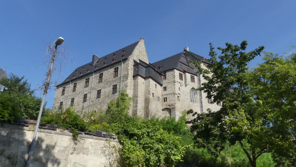 Fassade des Schlosses von Limburg von unten.