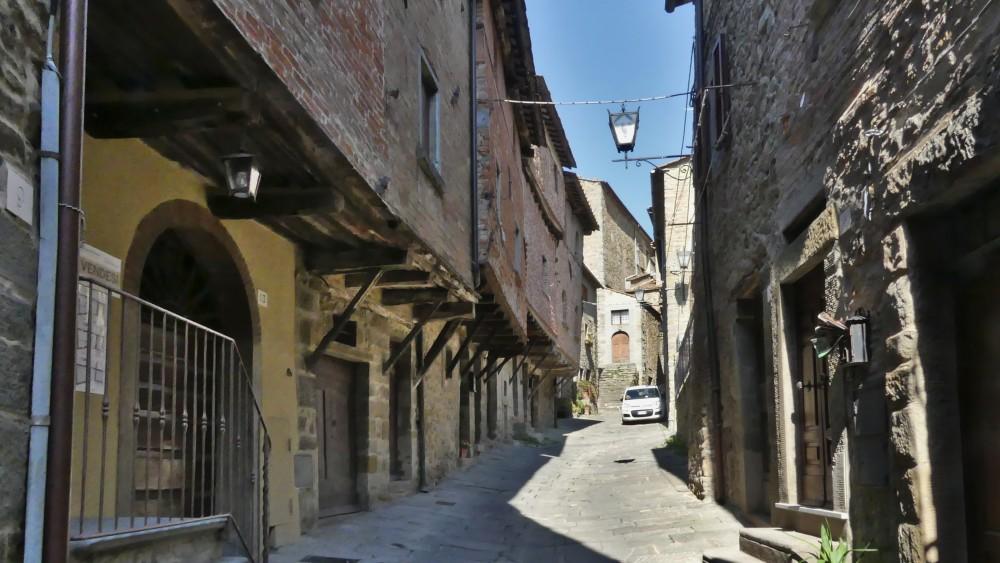 Gasse mit alten Häusern in Cortona.