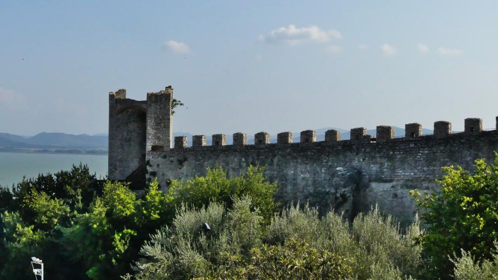 Burgmauer mit Zinnen und Turm.