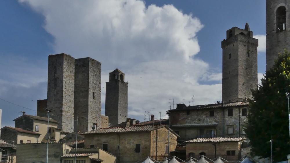 Stadtsilhouette mit mehreren hohen Wehrtürmen.