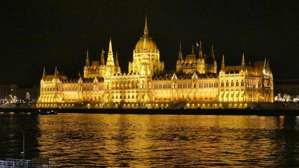 nächtlich beleuchtetes Parlamentsgebäude in Budapest.