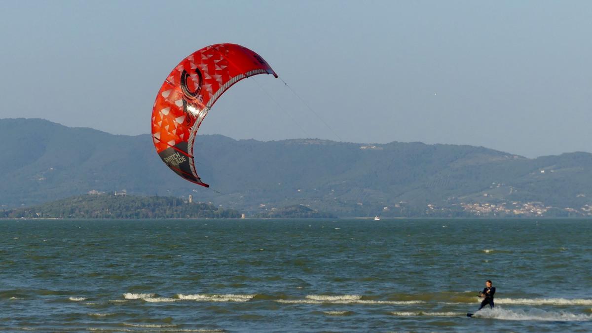 Kitesurfer auf dem See
