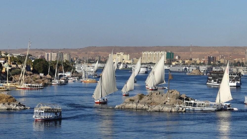 Segelboote auf dem Nil bei Assuan.