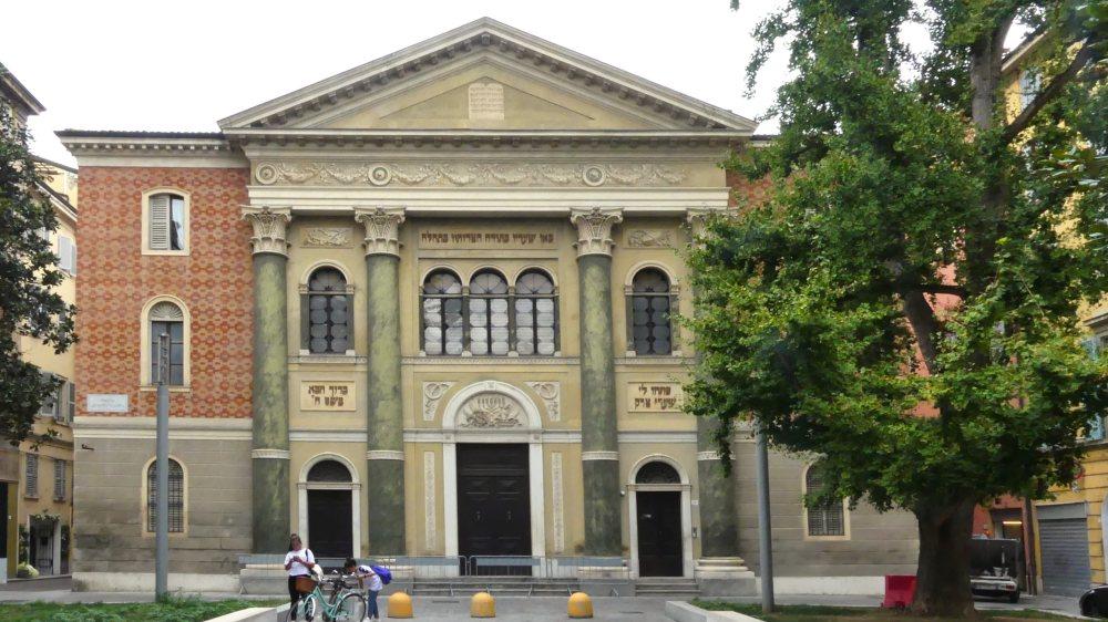 Klassizistische Fassade der Synagoge.