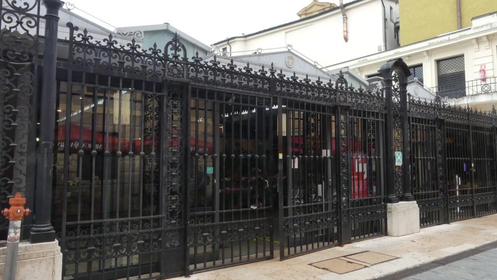 Schmiedeeisernes Gitter vor dem Mercato Albinelli.