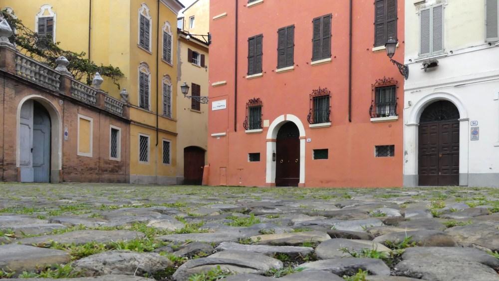 Kopfsteinpflaster in der Altstadt von Modena.