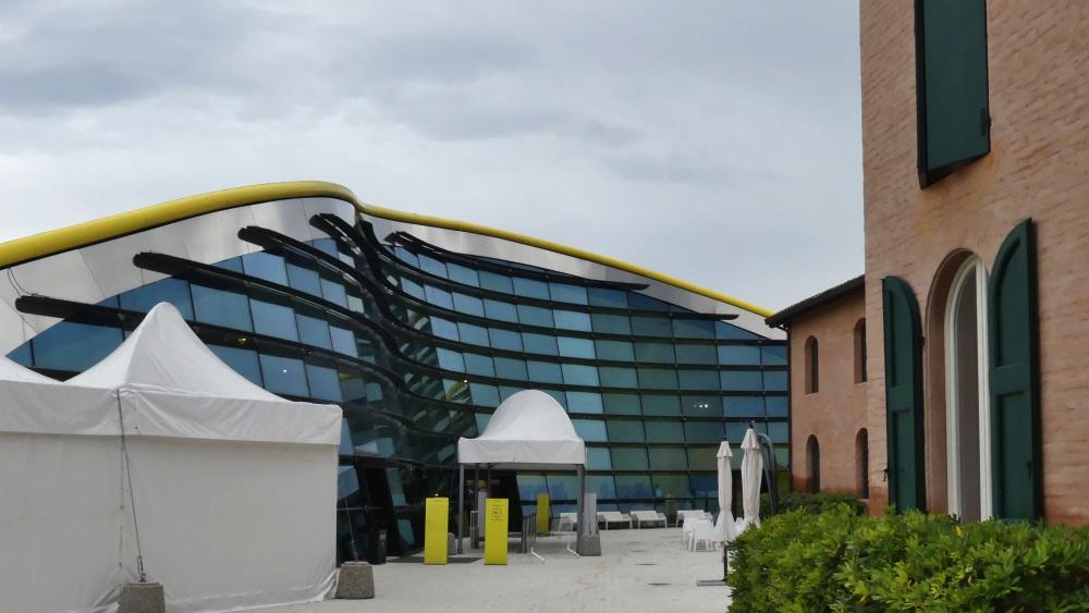 Ferrari-Museum mit geschwungener Glasfront.