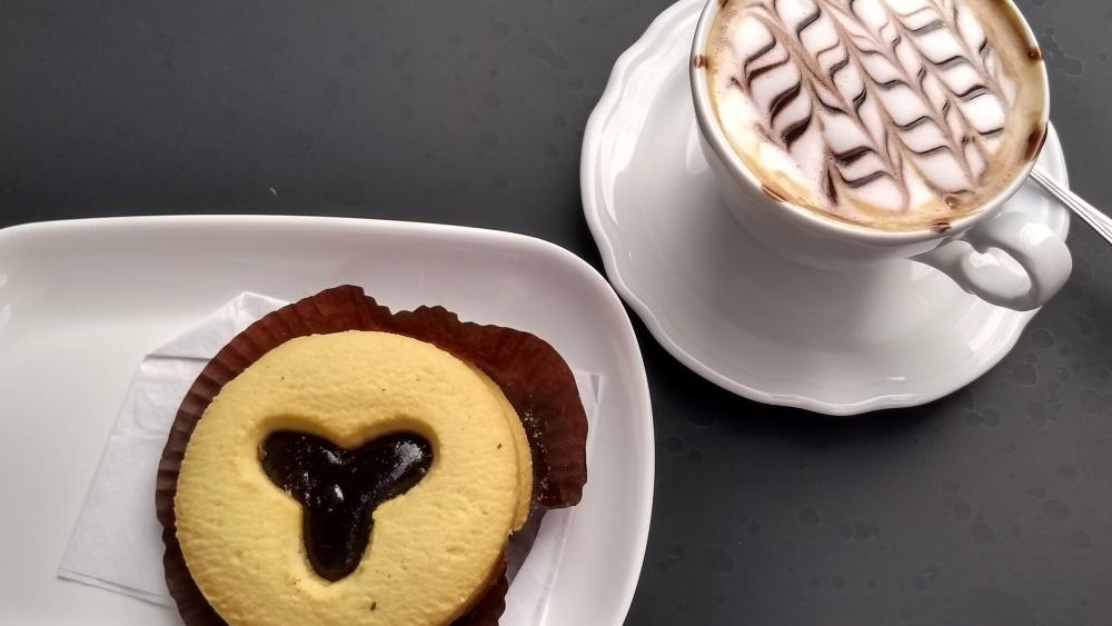 Capuccino und kleiner Kuchen.