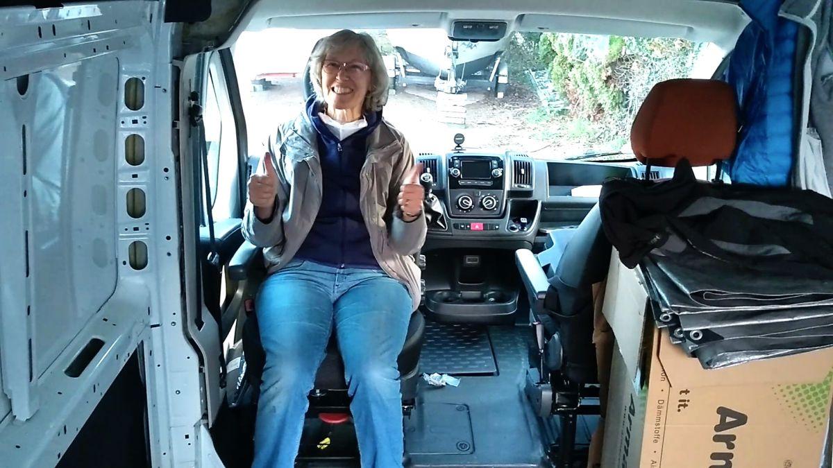 Gina sitzt auf dem nach hinten gedrehten Fahrersitz.