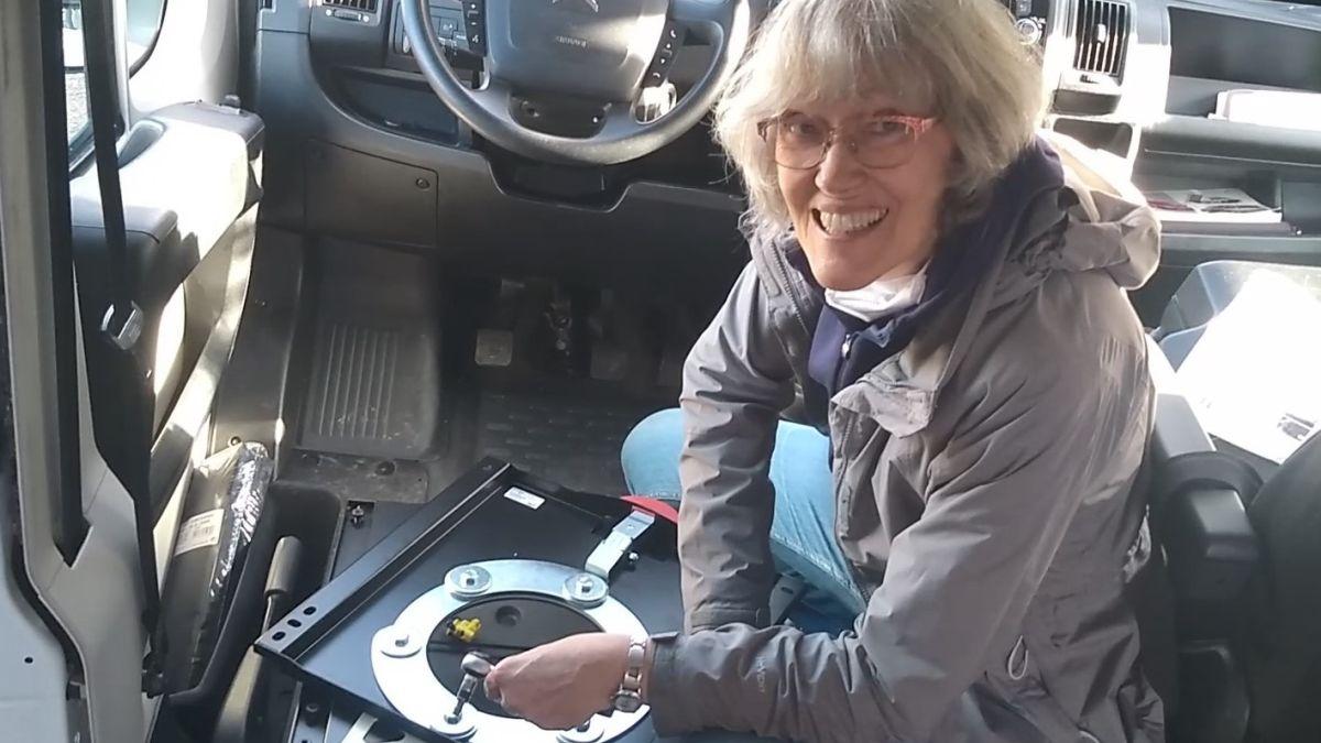 Gina verschraubt die Drehkonsole im Kastenwagen.