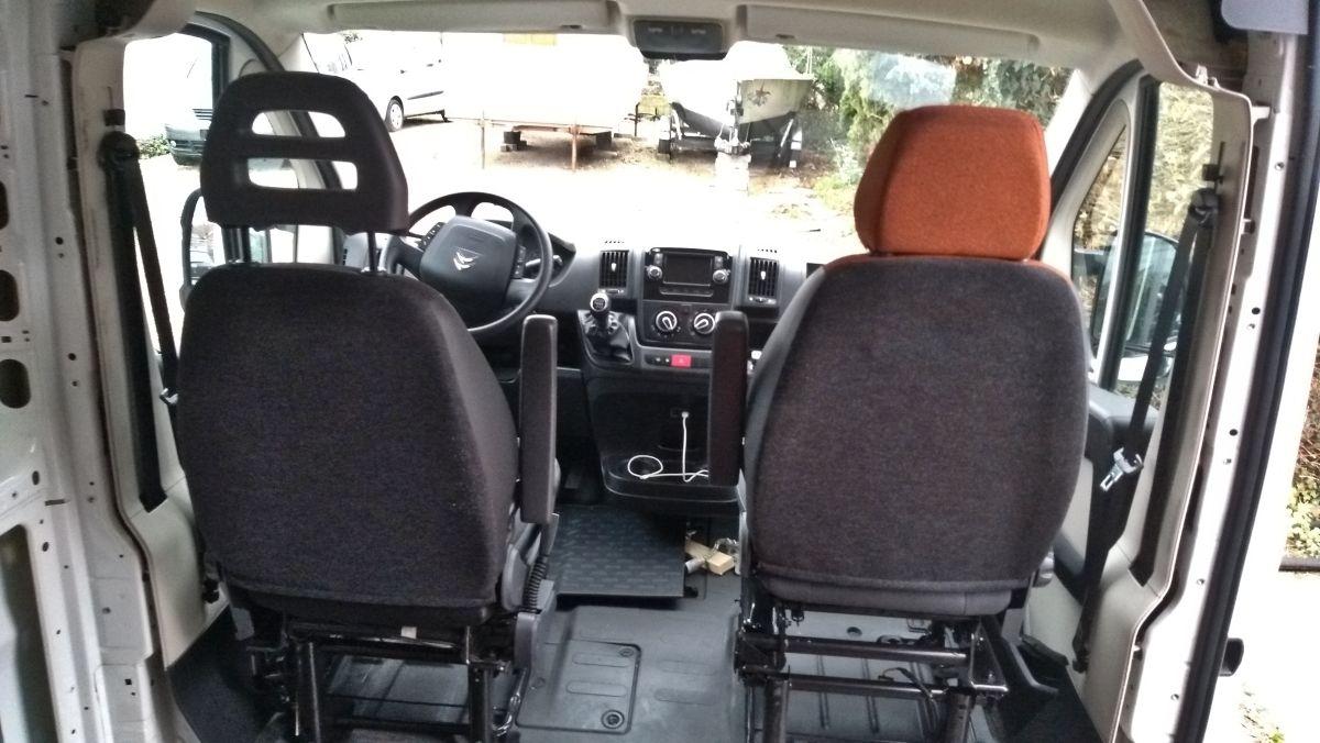 Fahrersitz und Einzel-Beifahrersitz von hinten.
