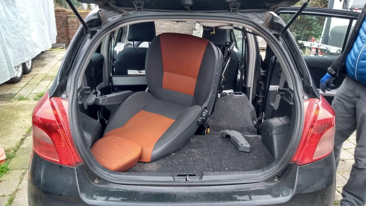 Ducato-Beifahrersitz wird im Kleinwagen transportiert.