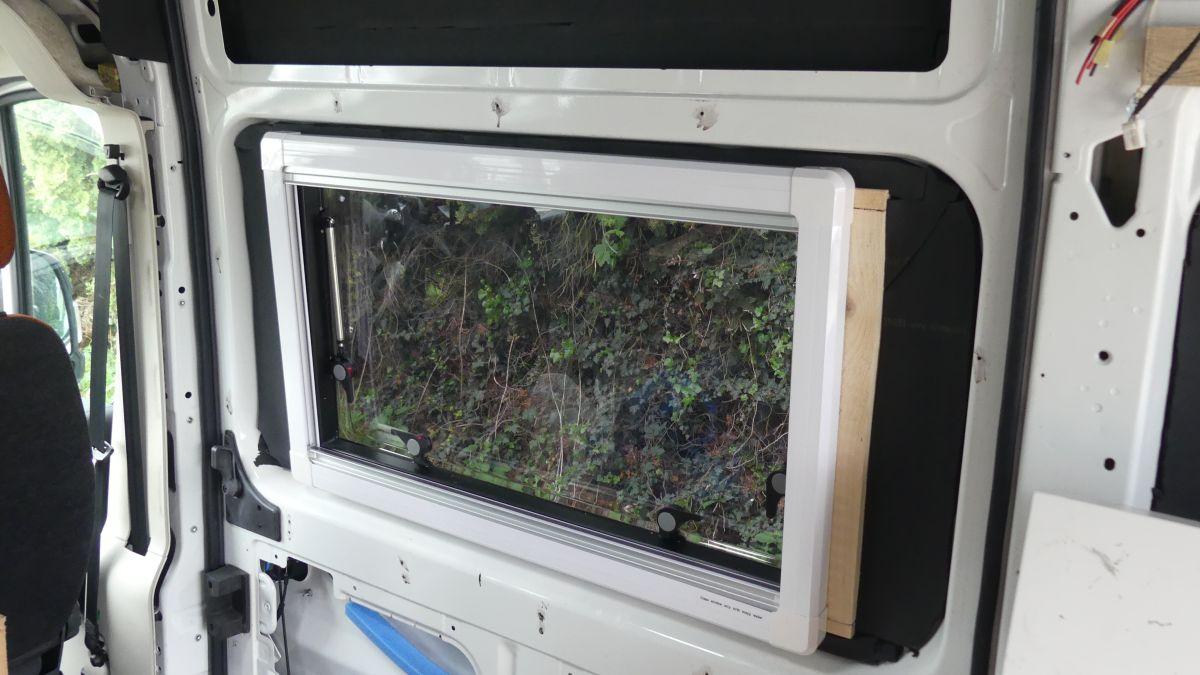 Das Fenster im Kastenwagen von innen.