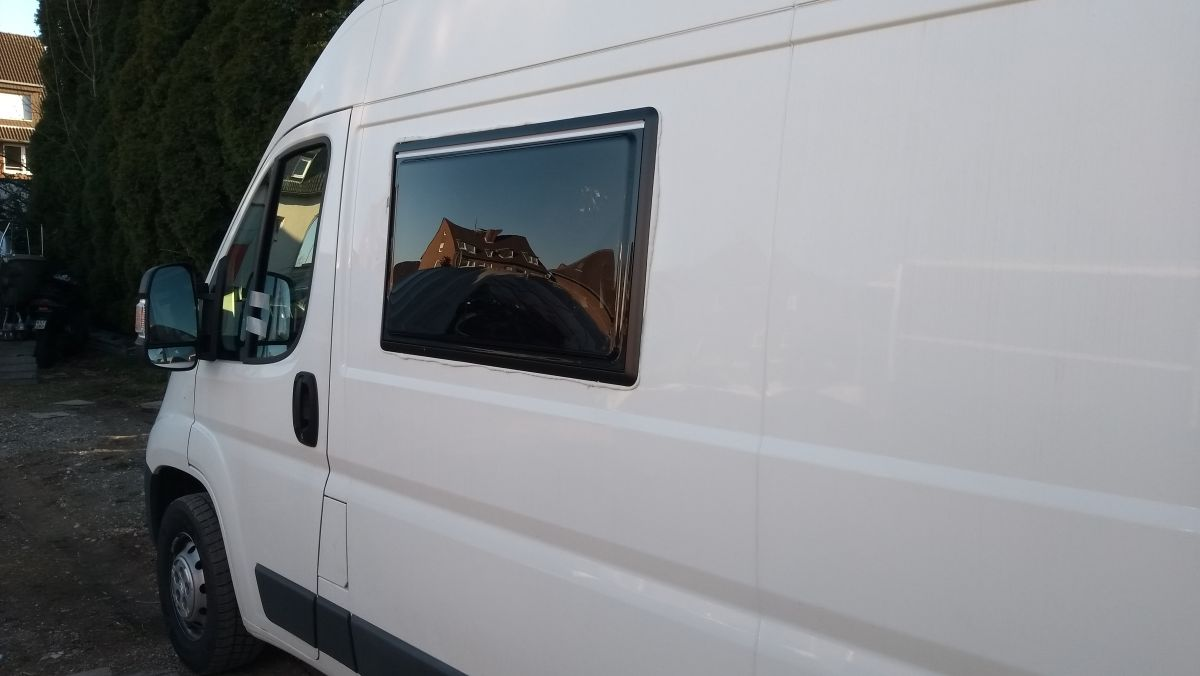 Kastenwagen mit Seitenfenster.