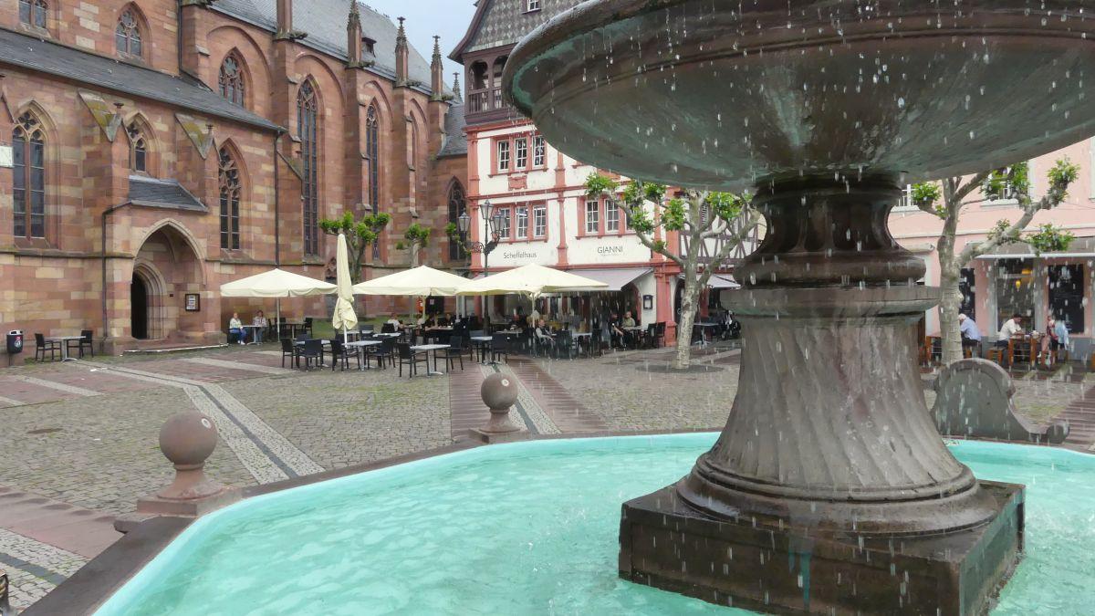 Brunnen mit türkisem Wasser auf dem Marktplatz in Neustadt.