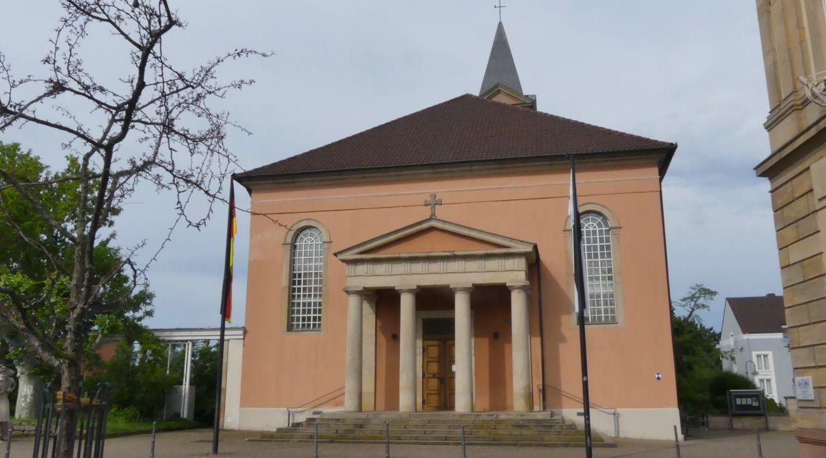 Kirche mit rosa Fassade in Bad Dürkheim.
