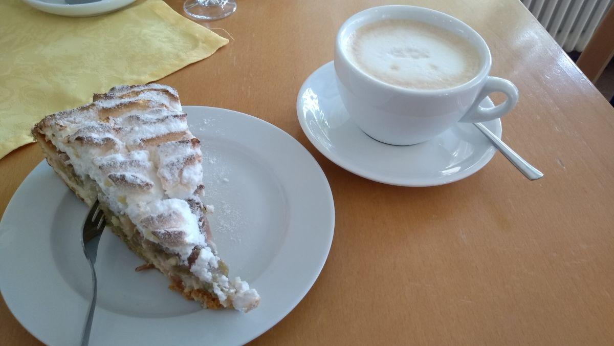 Baisertorte und Milchkaffee.