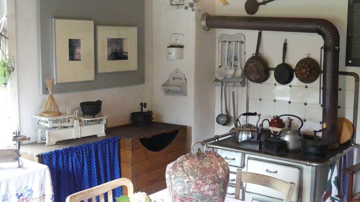 Küche mit alten Küchengeräten.