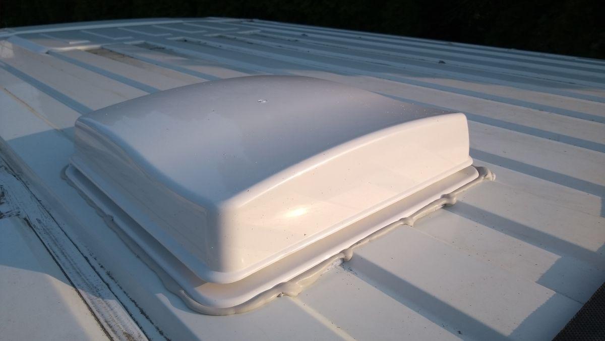 Weiße Dachluke auf dem Campervan.