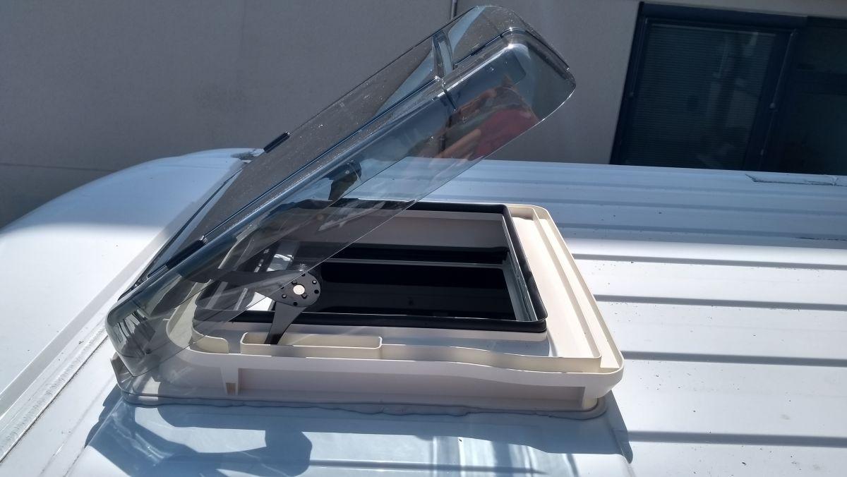 Geöffnete Dachluke auf dem Dach des Kastenwagens.