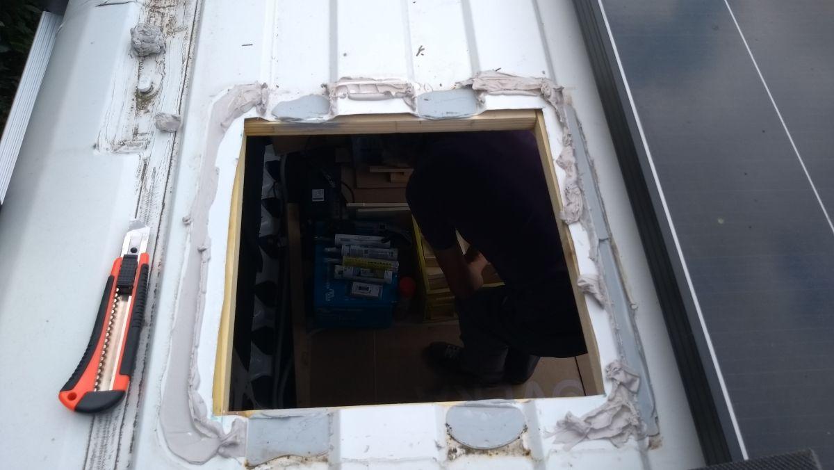 Öffnung für Dachluke mit Kleberesten am Rand.