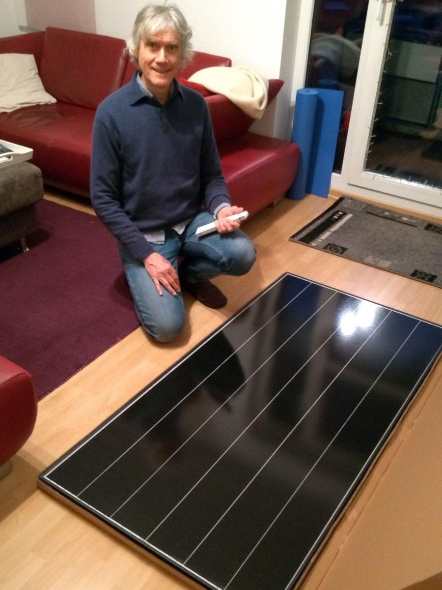 Marcus kniet neben dem Solarmodul.