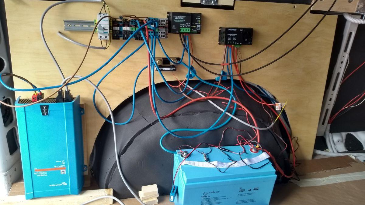 Elektro-Installation mit viel Kabelgewirr.