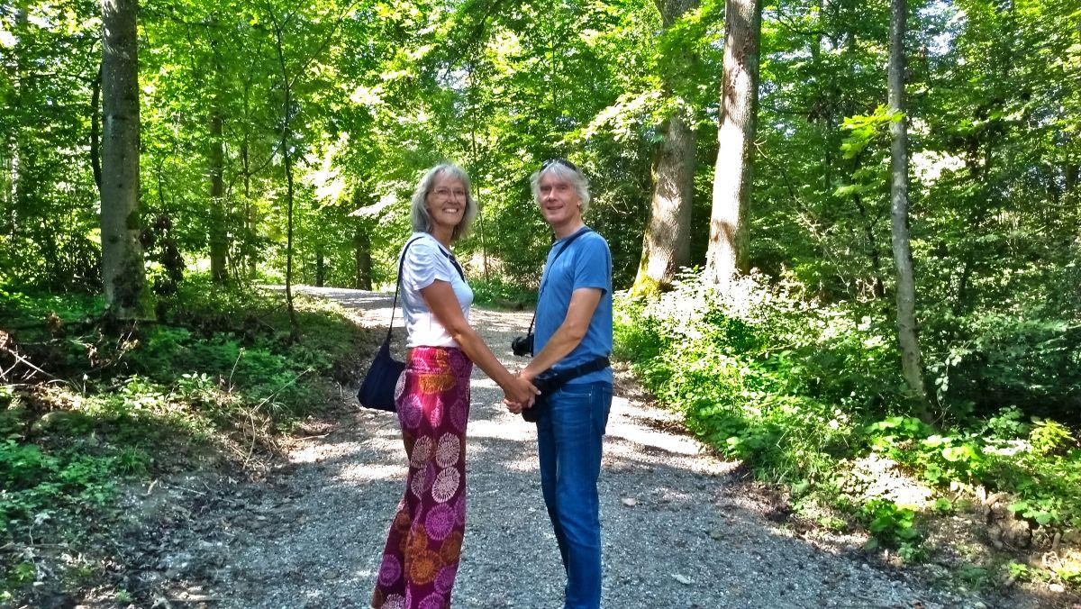 Gina und Marcus auf einem Waldweg.