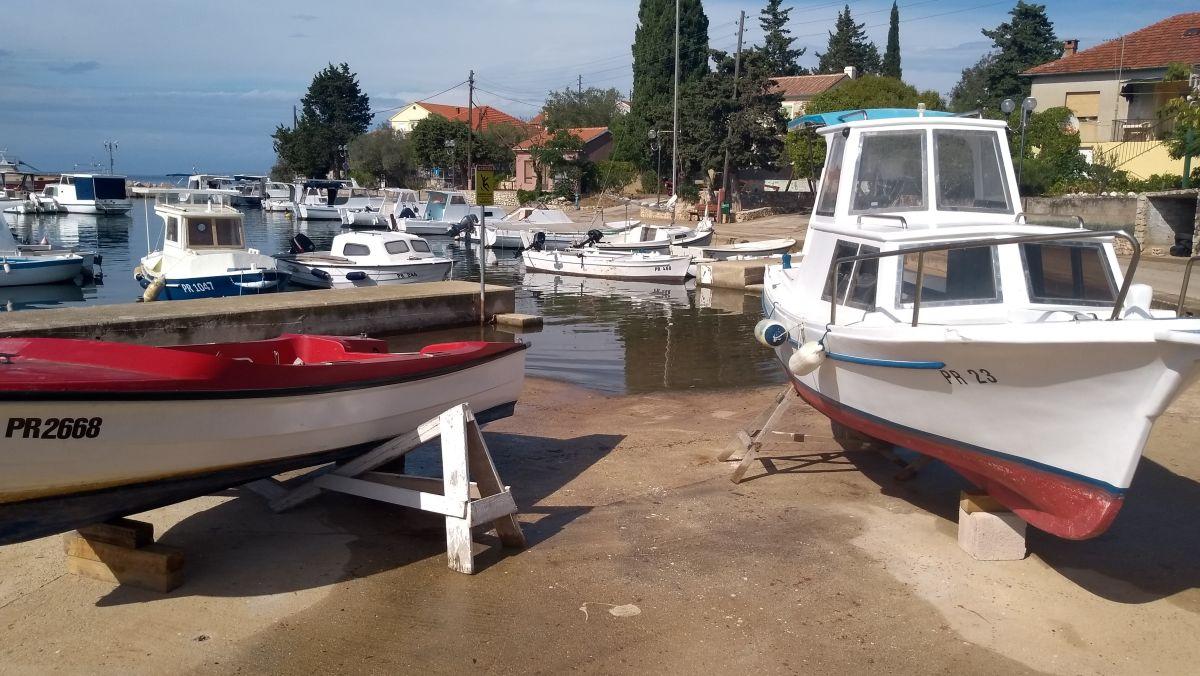 Kleiner Hafen mit Fischerbooten.