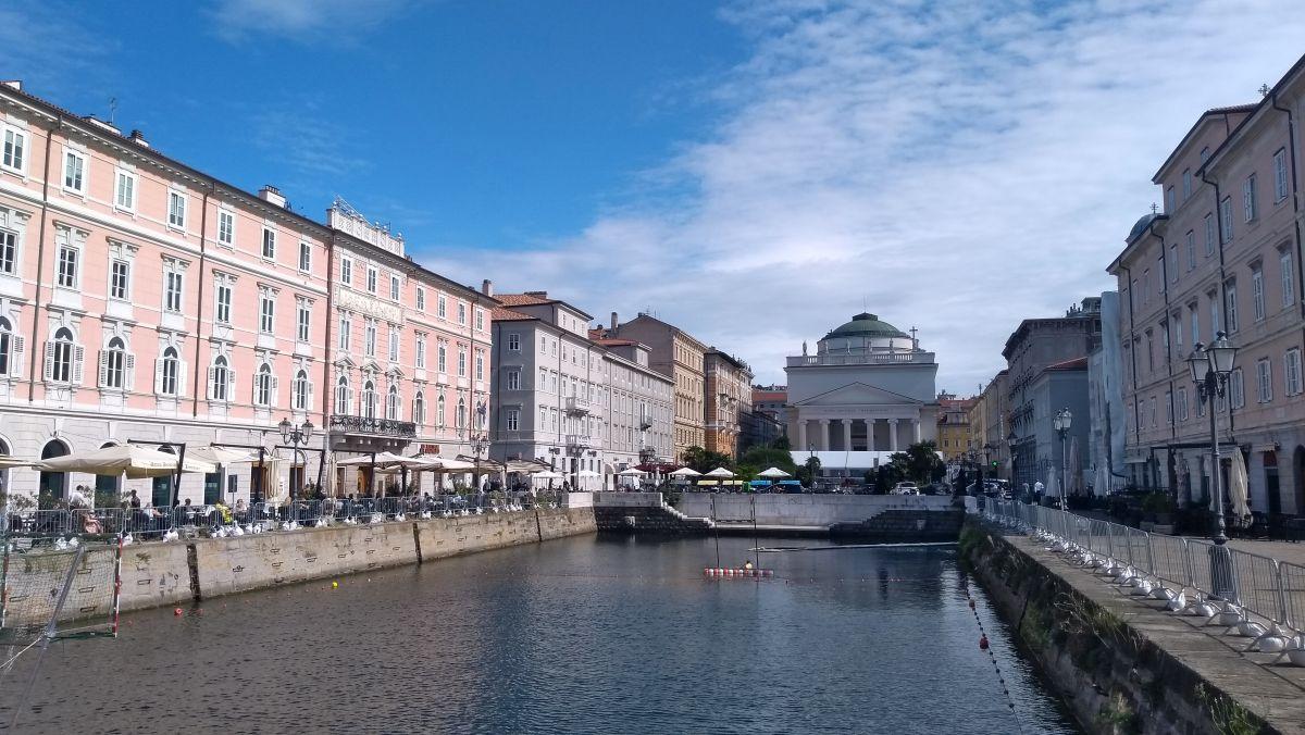 Breiter Kanal, von schönen Häusern gesäumt.