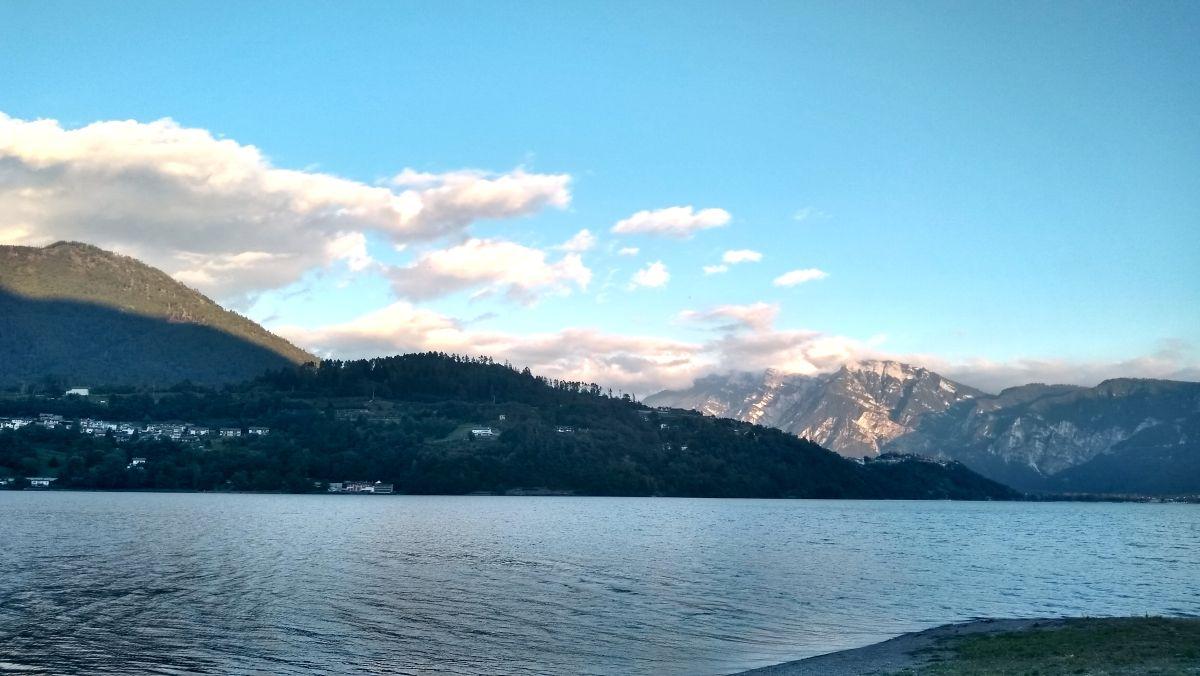 See umgeben von Bergen.
