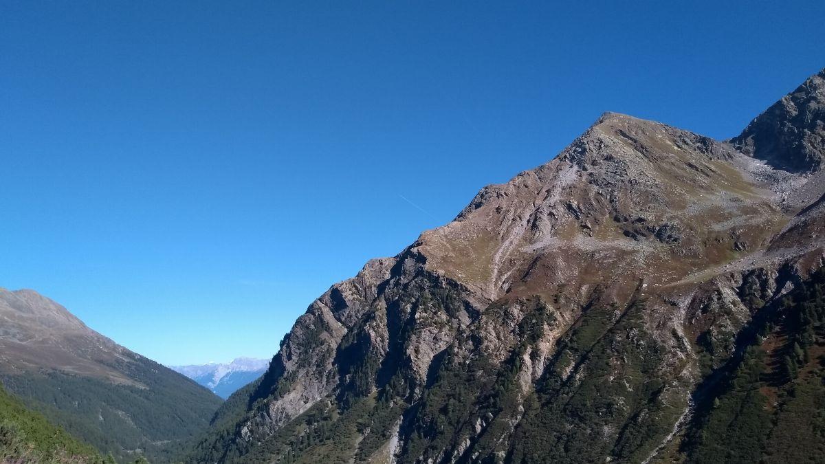 Schroffe Berge vor blauem Himmel.