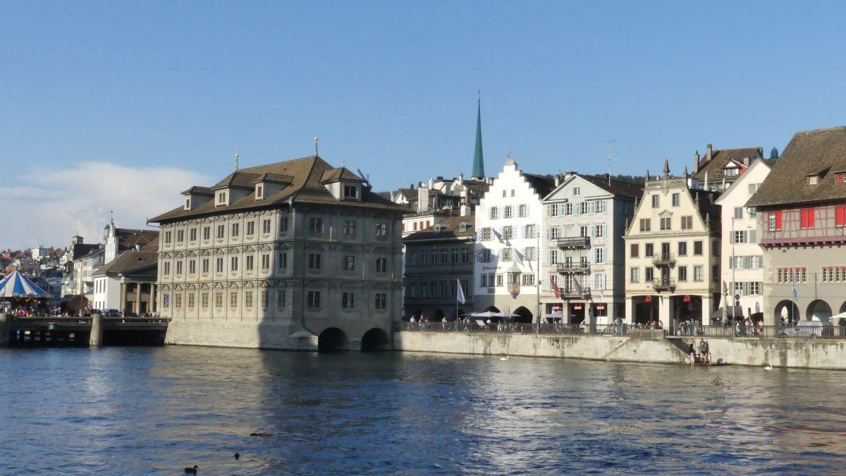 Blick über die Limmat auf Zürich.