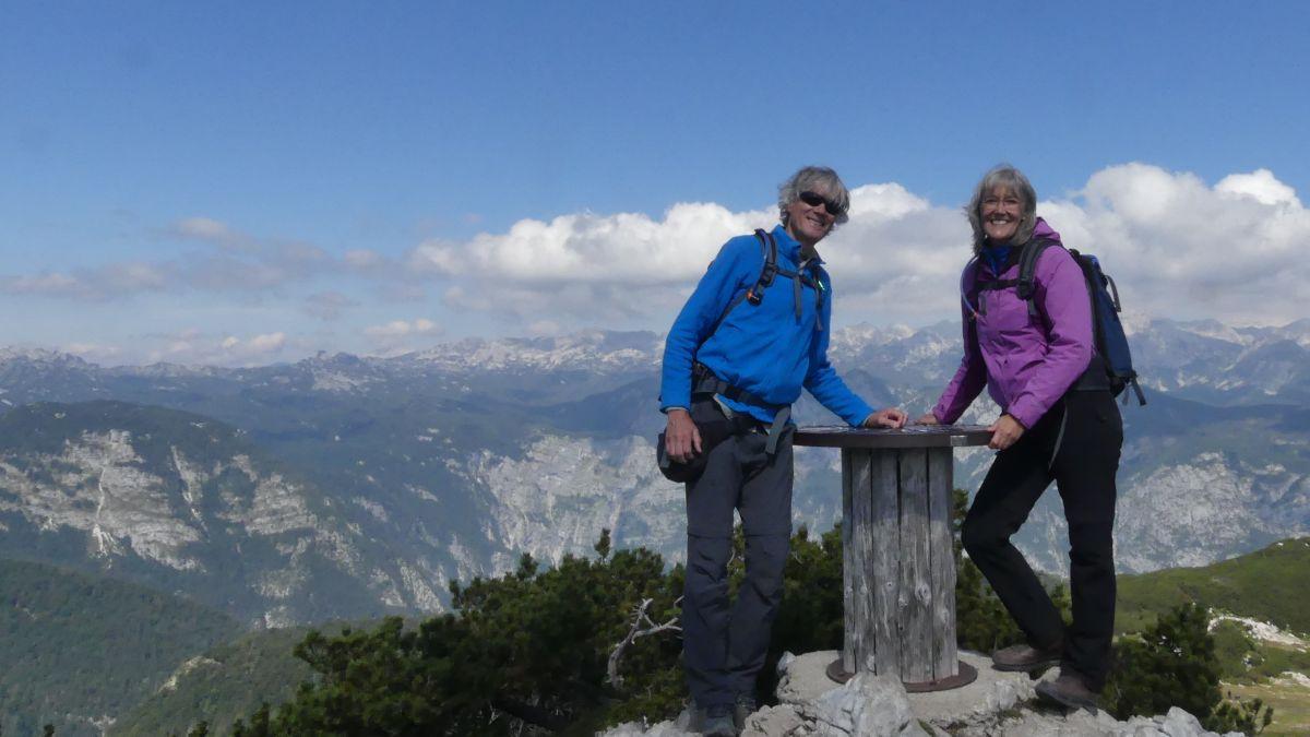 Gina und Marcus auf einem Berggipfel.