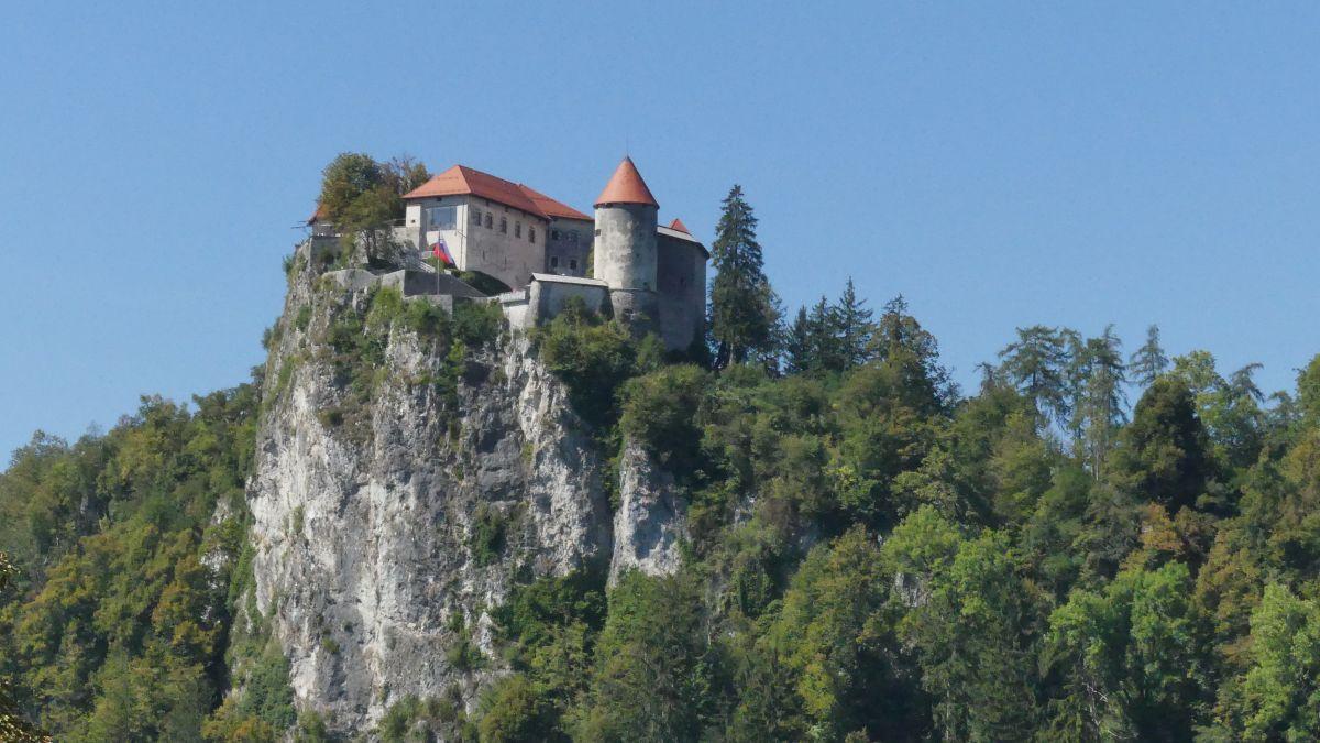 Burg auf steilem Felsen.
